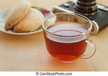 tasse tee, mit, pl�tzchen, auf, tisch, nahaufnahme