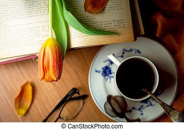 tasse, thé, sur, tulipe, livres, vendange, fleurs