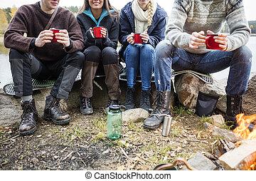 tasses café, amis, camping, tenue