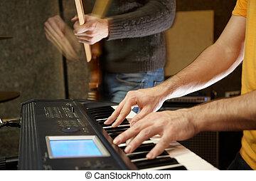 tastaturspieler, spielende , in, studio., gitarre spieler, in, fokus