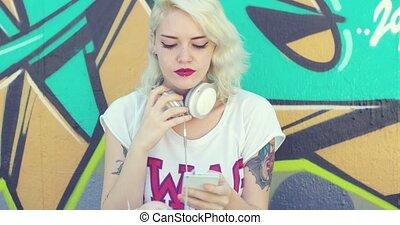 tatouages, femme, jeune, musique écouter, branché