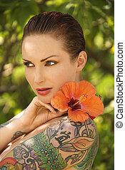 tattoed, mulher, com, flowers.