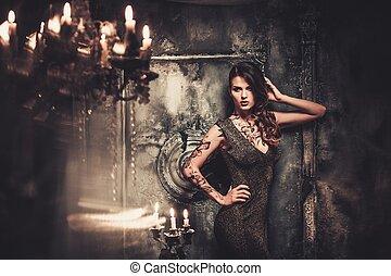 tattooed, mujer hermosa, en, viejo, fantasmal, interior