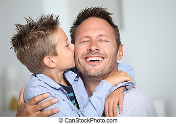 tatuś, chłopiec, mały, jego, udzielanie, pocałunek, obligacja