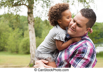 tatuś, dziewczyna, pocałunek, jej