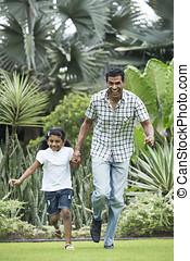tatuś, jego, outdoors, indianin, dziecko grające, szczęśliwy