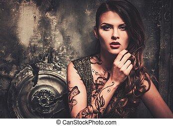 tatuado, mulher bonita, em, antigas, spooky, interior