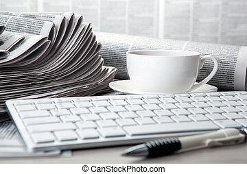 tavola, caffè, tastiera, giornali, tazza
