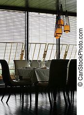 tavola, con, bianco, tovaglia, e, servire, e, sedie, in, vuoto, ristorante