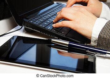 tavola, laptop, femmina, ufficio, mani