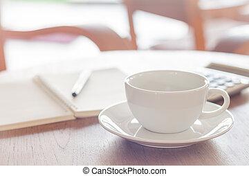 tavola legno, caffè, tazza bianca