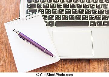 tavola legno, laptop, blocco note