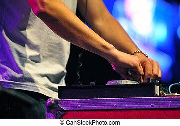 tavola, microfono, dj