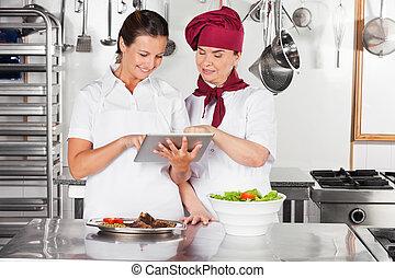tavoletta, chef, femmina, digitale, usando, felice