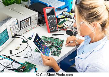 tavoletta, computer, femmina, usando, laboratorio, elettronico, ingegnere