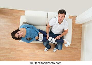 tavoletta, coppia, giovane, presa a terra, digitale, sorridente