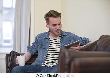 tavoletta, digitale, divano, usando, casa, Caucasico, uomo
