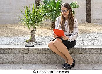 tavoletta, donna, parco, lavorando ufficio