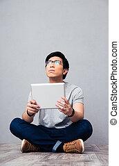 tavoletta, giovane, computer, asiatico, presa a terra, uomo