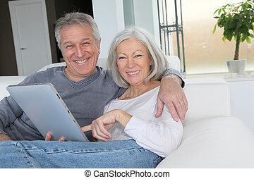 tavoletta, seduta, divano, coppia, anziano, elettronico