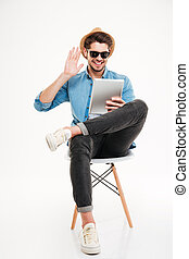 tavoletta, seduta, parlare, computer, usando, sedia, uomo