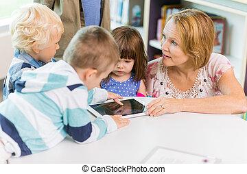 tavoletta, studenti, biblioteca, digitale, usando, insegnante