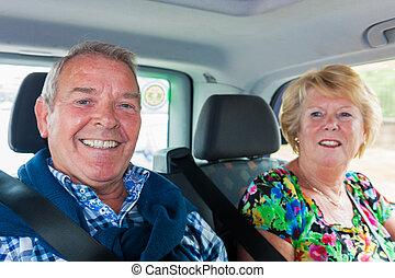 taxi, met, senior, passagiers, echtgenoot en vrouw