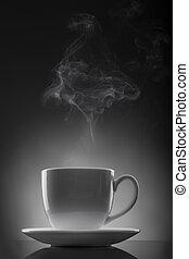 taza blanca, con, líquido caliente, y, vapor, en, negro