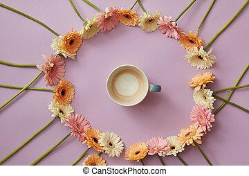 taza de café, en, un, redondo, marco, de, gerbera, flores, en, un, rosa, fondo.