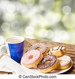 taza de café, y, plate de, rosquillas
