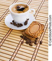 taza, de, capuchino, con, granos de café, y, galleta, en, un, estera