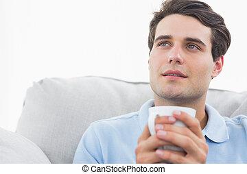 taza para café, sofá, tenencia, sentado, hombre