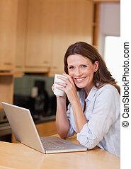 tazza, prossimo, donna, laptop