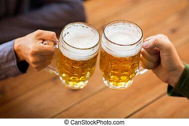 tazze, su, pub, birra, mani, chiudere, sbarra, o