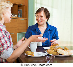 te, kvinnor, äldre, bord