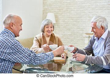 tea, idősebb ember, élvez, csoport, barátok