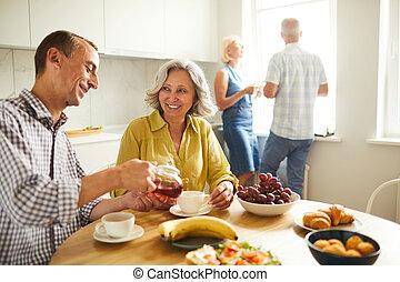 tea, idősebb ember, mixed-race, párosít, ivás