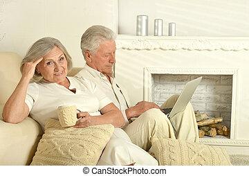 tea, laptop, öregedő emberek