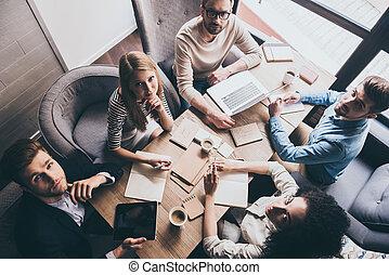 team., オフィス, ビジネス, モデル, 成功した, 上, 人々, 若い, 一緒に, 見る, 間, カメラ, テーブル, 光景