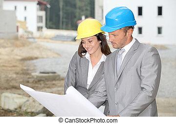 team, van, architecten, controleren, plannen, op, bouwterrein