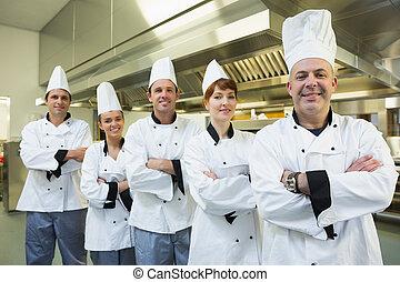team, van, chef-koks, het glimlachen, op, de, fototoestel