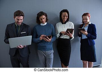team, van, zakenlui, gebruik, elektronisch, artikelen & hulpmiddelen