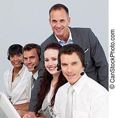 team, zijn, directeur, centrum, werkende , het glimlachen, roepen
