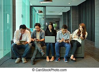 teamwork, od, asian handlowy, ludzie, czas teraźniejszy czasownika be, nie, zainteresowany, nawzajem