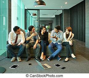 teamwork, od, asian handlowy, ludzie, wpływy, do, nawzajem, bez, technologia, wyposażenie