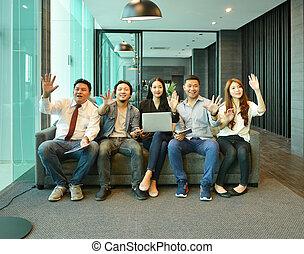 teamwork, od, asian handlowy, zaludniać posiedzenie, na, sofa, w, rozwalanie się
