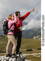 teamwork, terwijl, wandelende, in de bergen
