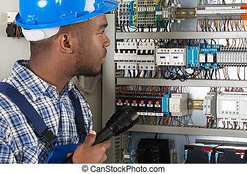 technicien, analyser, lampe électrique, fusebox