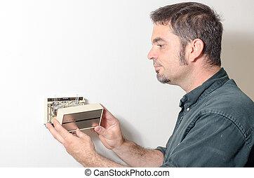 technicien, enlever, couverture, thermostat