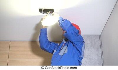 technicien, lumière, mené, relier, panneau, plafond, placoplâtre, homme, installer, rond